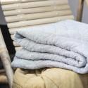 Vattæppe / quilt i hvid m. mørkegrå striber