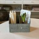 Hylde / kasse i metal med 2 rum